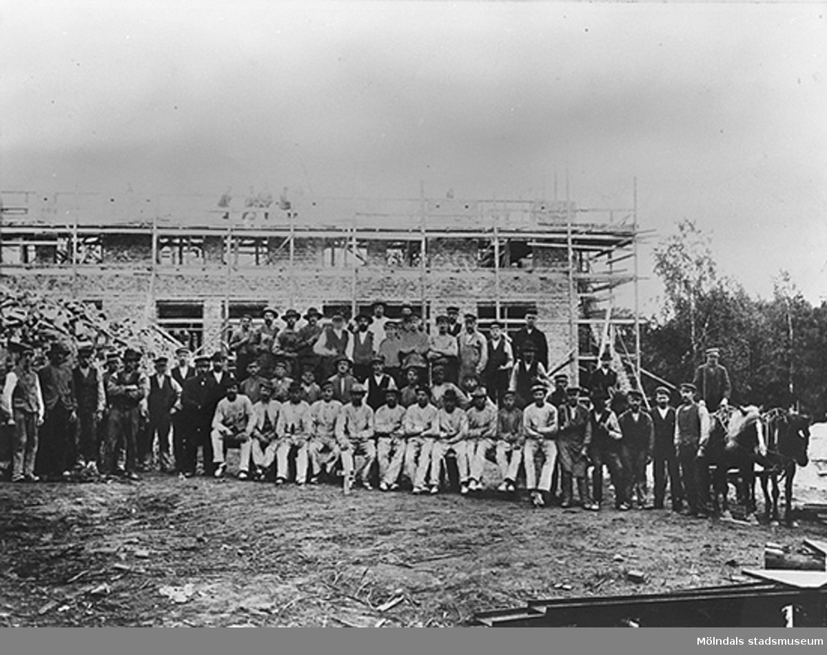 Byggnadsarbetare utanför Nya spinneriet på Anderstorps fabrik, Nya spinneriet under uppbyggad, 1904-1906.