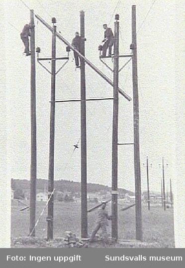 Nedtagning av skyddsbalk på 20 kV-linjen till M2, Elektricitetsverkets  mottagningsstation i Nacksta. Ur fotoalbum från Sundsvalls Energi.