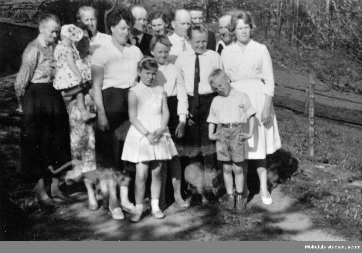 Marianne Svenssons konfirmation på Långö, 1960.  Med på bild: Augusta Persson, Sonja Svensson, Erik Svensson, Solveig Svensson, Marianne Svensson, Ivar Svensson, Britt Svensson, Arvid Svensson, Lennart Svensson,, Jan-Åke Svensson, Margareta Svensson, Bo-Christer Svensson, Albert Persson, Gunilla Svensson och Ida Svensson.