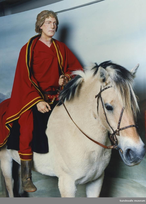 """Från basutställningen på Sundsvalls museum """"Hövdingen i Högom"""", rekonstruktion av stormannen till häst."""
