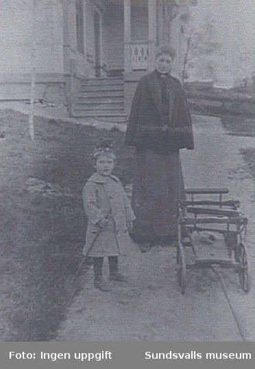 Gunnar Johansson 2 år och 4 mån med sin mor Lydia född Engvall från Gävle.