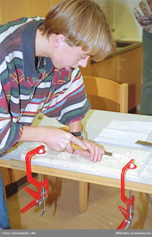 """Pedagogisk verksamhet i samband med tillfällig utställning """"Lindomemöbler"""". Bildhuggeri och ådermålning (Almåsskolan klass 8). Se även 1994_0998-1994_1034 samt 1994_1046-1994_1061."""