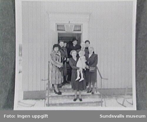 På trappan till bostad i läkarvillorna vid Ekorrstigen. Sidsjöns överläkare Nils Osterman t h, och bredvid honom längst t h doktor Olga Börjesson.