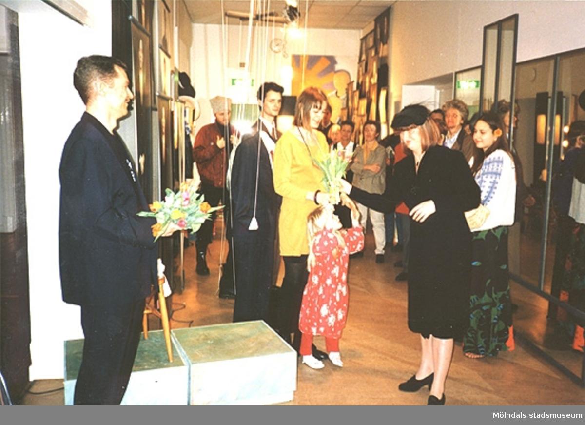 """Invigning 1995-02-05 av Mölndals Museums nya utställning """"Krinoliner och kortkort"""". I bild syns kulturchef Kenneth Strandborg, designer Monica Johansson (senare gift Wretling) och museichef Mari-Louise Olsson."""