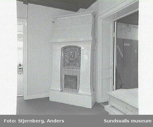 Sten Olsson ing. byrås lokaler. Plan 3, hörnet mot stora torget. Kakelugn i rum, 3:e våningen, mot Centralgatan.Bennets resebyrå, interiör, 4:e våningen, vindsplanet.