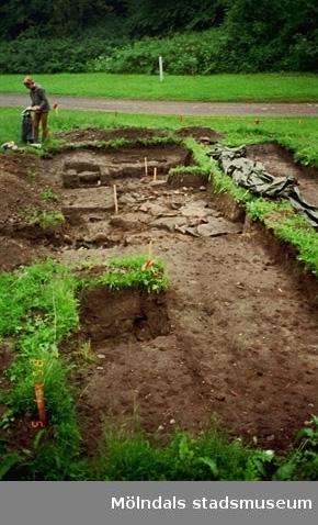 """Vy på ett utgrävningsschakt i Gunnebo slotts köksträdgård """"A"""", augusti 1995."""
