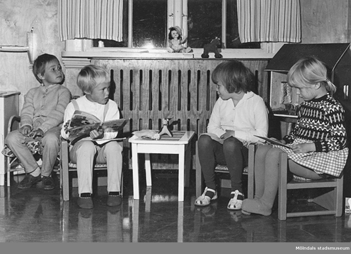 Fyra barn som sitter på barnmöbler vid Holtermanska daghemmet 1953.