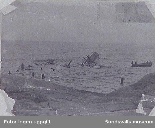 """Förlist fartyg utanför Brämön, troligen """"Storstad"""", 1898-1899. T.h. en fiskebåt."""