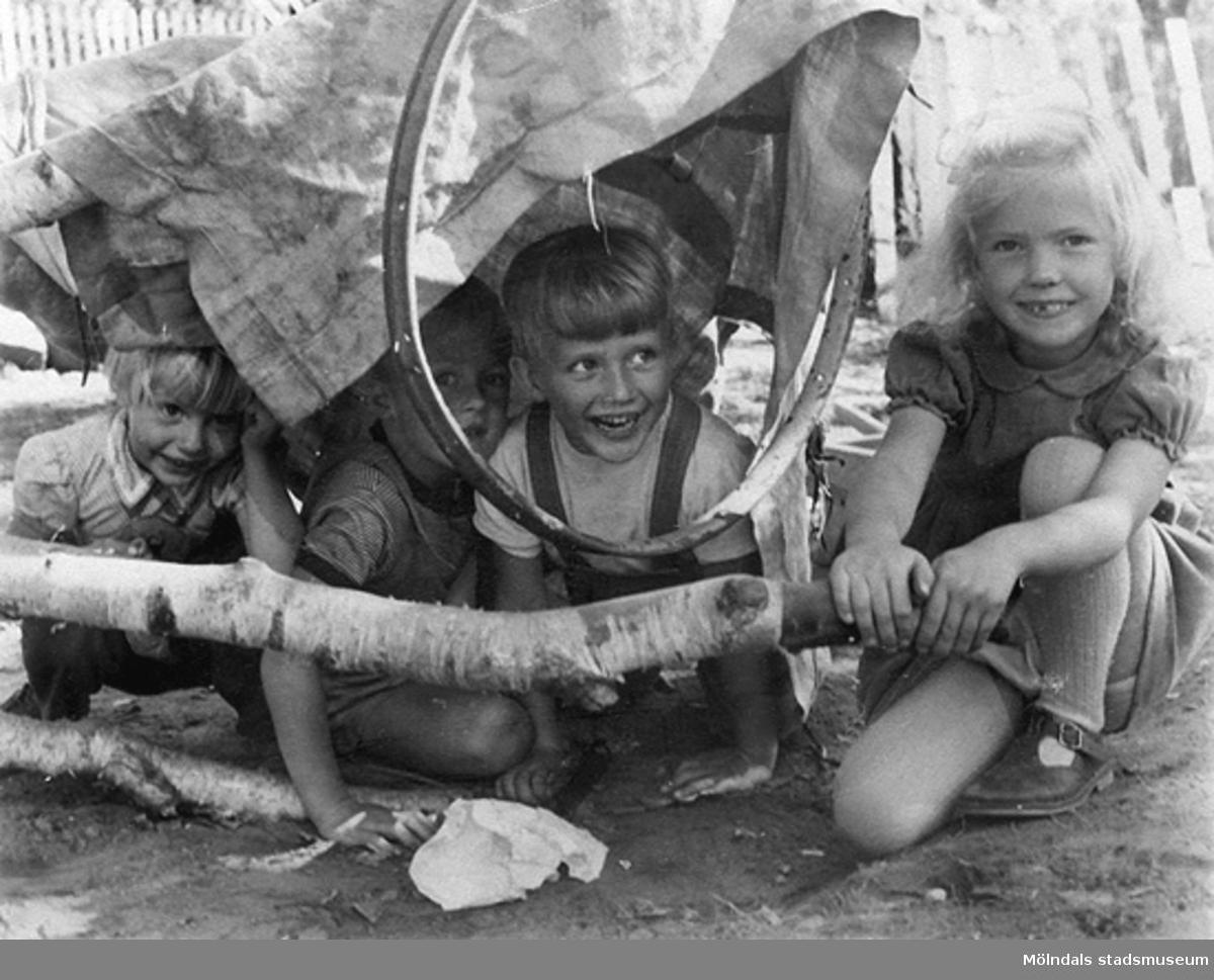 """Fyra barn i en """"hydda"""". Holtermanska daghemmet, 1940-tal."""