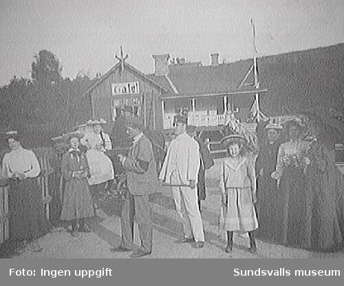 Fr.v. Maria Nordberg, Greta S, Elsa S, apotekare Sellgren, Carl Henrik Parment (kusin), Gerd Berg (kusin), Helga Berg (moster) och Nathalia S (båda systrar), fru Nordberg.