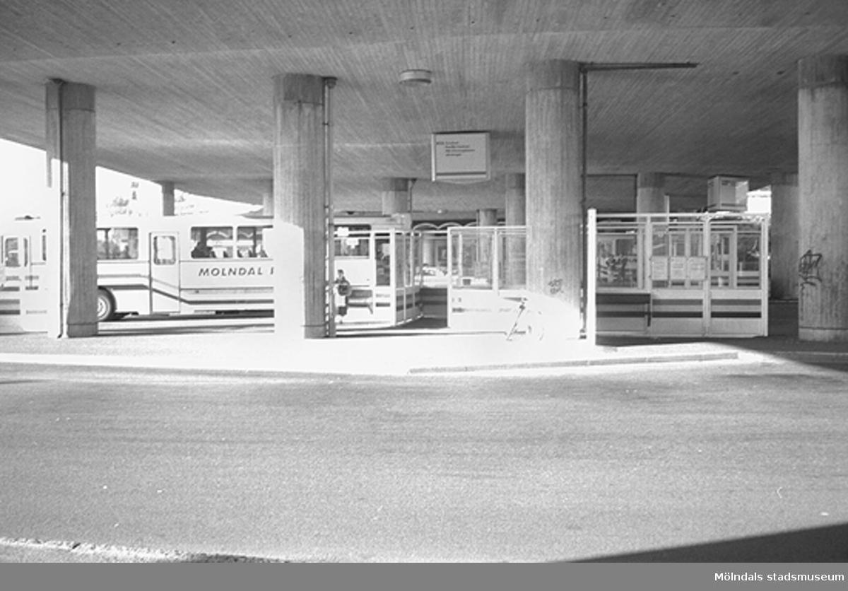 En buss på Broplatsen. Mölndalsbro i dag - ett skolpedagogiskt dokumentationsprojekt på Mölndals museum under oktober 1996. 1996_1079-1097 är gjorda av högstadieelever från Kvarnbyskolan 9C, grupp 4. Se även 1996_0913-0940, gruppbilder på klasserna 1996_1382-1405 samt bilder från den färdiga utställningen 1996_1358-1381.