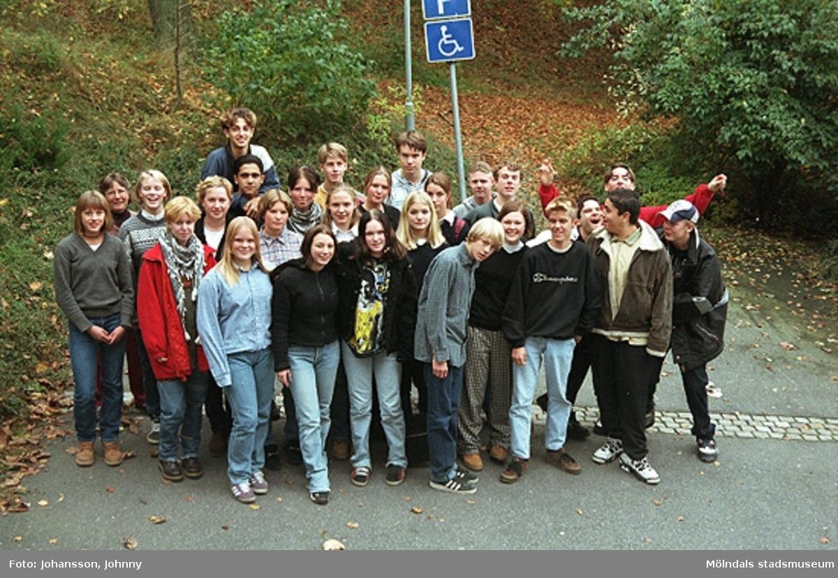 """1996_1382-1386 är gruppbilder av högstadieelever från Kvarnbyskolan 9D. Eleverna deltog i det skolpedagogiska dokumentationsprojektet """"Mölndalsbro i dag"""" på Mölndals museum under oktober 1996. Gruppbilder av samtliga deltagande klasser: 1996_1382-1405 och samtliga bilder från den färdiga utställningen 1996_1358-1381."""