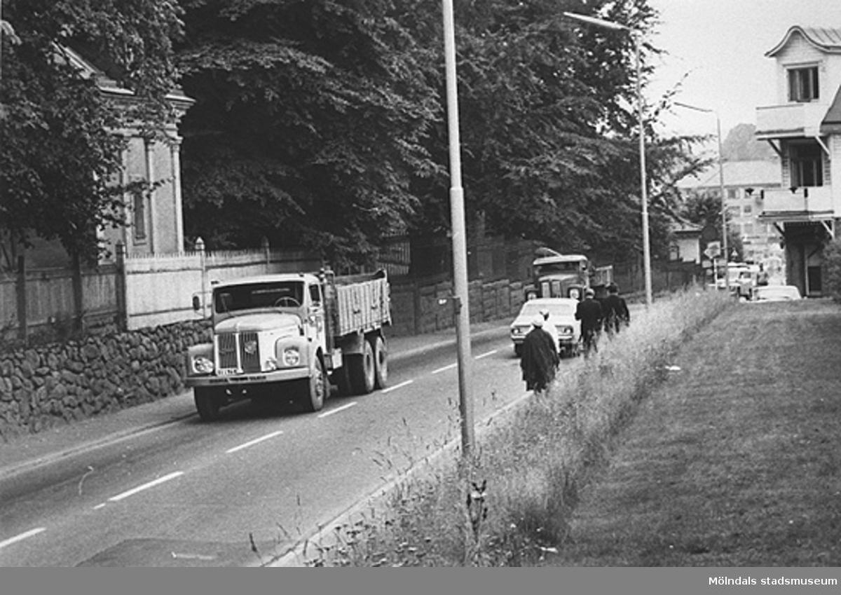 Lastbilar körandes utanför Villa Papyrus port, Kvarnbygatan 2A, 1970-tal.