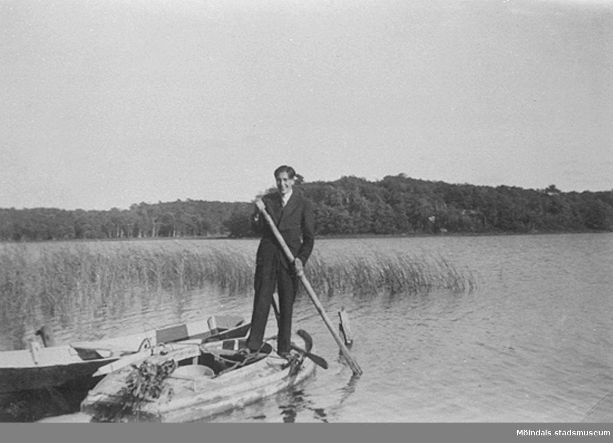 Man ser Lasse Mattsson (son till Klara Mattsson)  en båt nära Mölndalsåns utlopp ur Stensjön. Lasse var kamrat med Vitalis Örtlund.