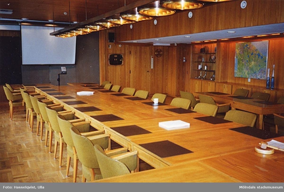Drätselkammarens sammanträdesrum, numera kommunstyrelsens (innan omklädnad av möblerna till blått), 1994.