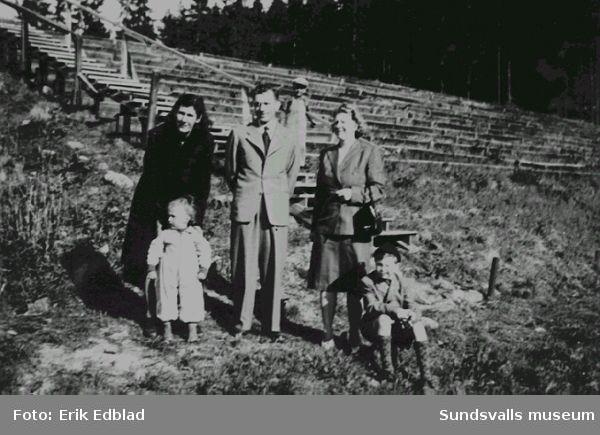 T.h. Erik, Siri och Bernt Edblad vid Kubenbacken, hoppbacken, 1947.