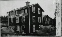 Skönvik där fotografen Erik Larsson hade sin ateljé. 1895 br