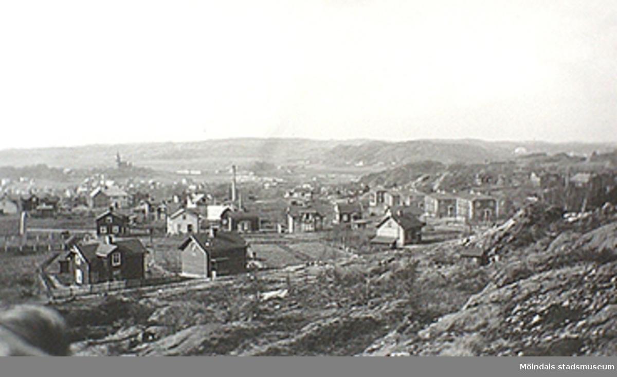 Ur familjen Wallerstedts album. Vy över Mölndal, taget från Glasbergets sluttning. I förgrunden ses Fjällgatan (Ryet). Till höger: fem av Papyrus arbetarbostäder. Okänt årtal.