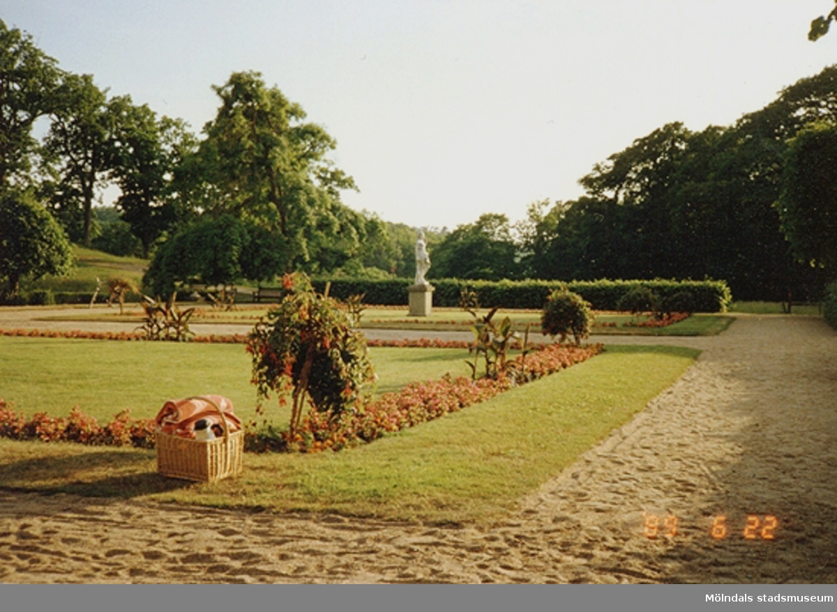 Picknickkorg placerad på en av gräsmattorna i Gunnebo slottspark, juni 1989.