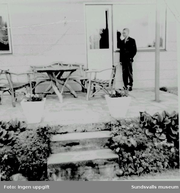 Familjen Åke och Inga Molls fastighet på Vasagatan 8. Familjen renoverade fastigheten, som tidigare tillhört Åke Molls föräldrar Johan och Valda Nilsson, omkring 1960. Sonen Bengt (f. 1947) byggde en segelbåt i skolslöjden.