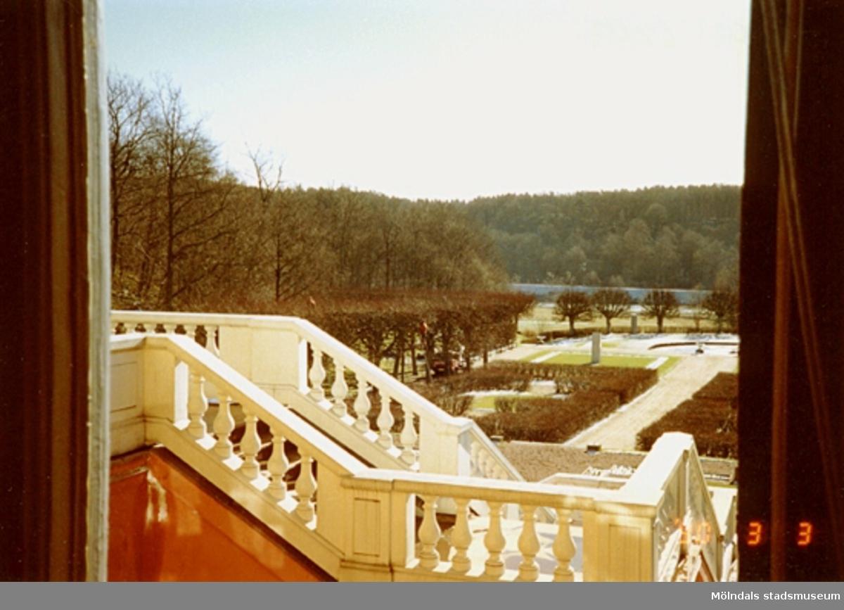 Utsikt från ett fönster mot trappan och parken söderut.