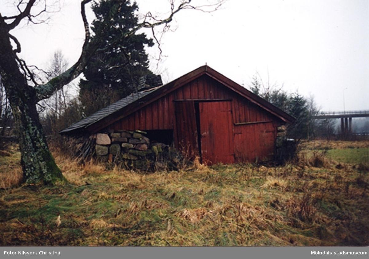 Stenlagda murar vid den plats där trädgården har legat. Byggnadsdetalj: Gavel från norr, januari - februari 1999.