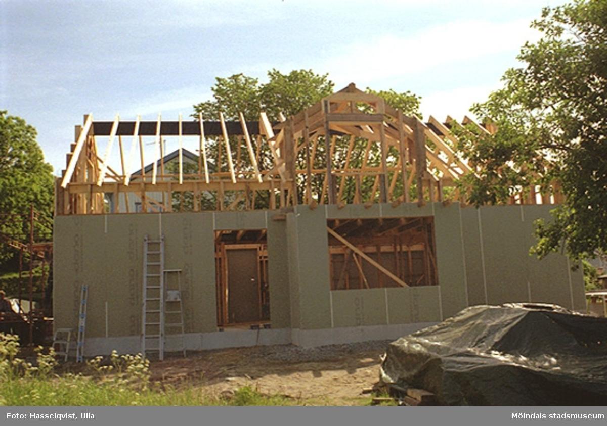 Uppbyggnad av Papyrusvillan på Franckegatan 16, Sörliden 6, våren 1998.