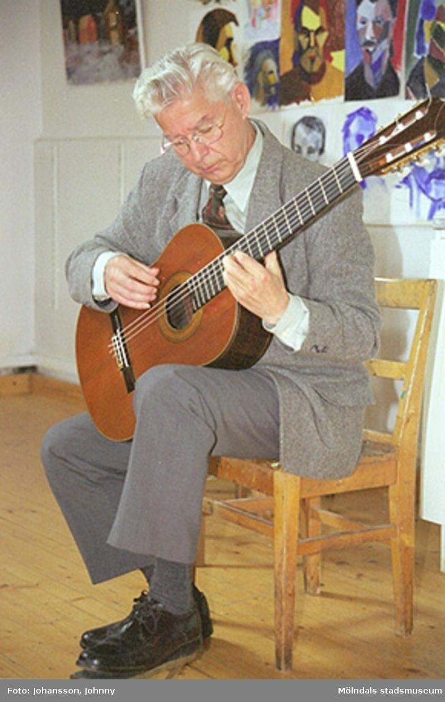 Musikunderhållning på Mölndals målarskola där Gunnar Lif spelar gitarr.
