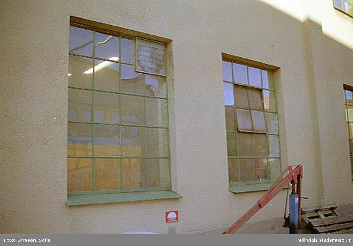 Två fönster tillhörande byggnad 23 inom Papyrus/Stora Ensos industriområde. Papyrusinventeringen 2001-11-08.