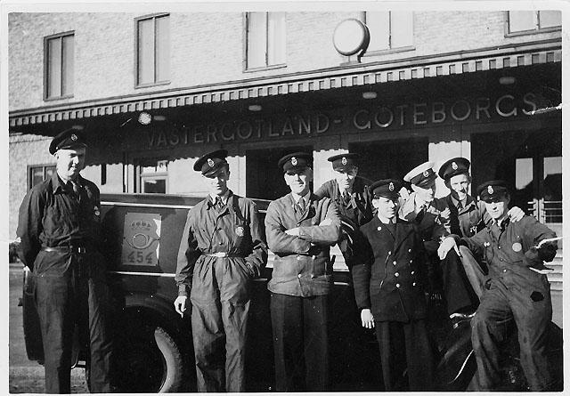Lådtömmarelag utanför dåvarande Västgötabanans stationshus.K.K. Lomberg, förman, trea från vänster. Foto från början av 1940-talet.