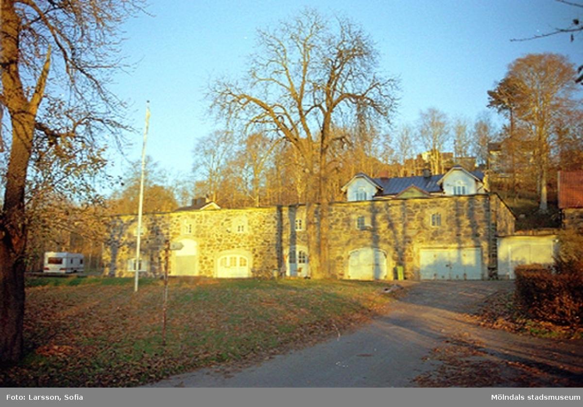 """Den för tillfället vinteruppställda husvagnen som står till vänster om ladan var en privatägd Knaus Azur 590 TK. I bakgrunden syns en byggnad med två takkupor, vilket är """"Blå bandsföreningens hus"""" på Norra Forsåkersgatan 27. Papyrusinventeringen 2001-11-20."""