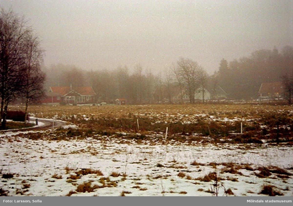 Byggnadsdokumentation Elof Lindälvs väg 77, Fagered 2:36 mot Fagered 2:28, Lindome. 2002-01-07.