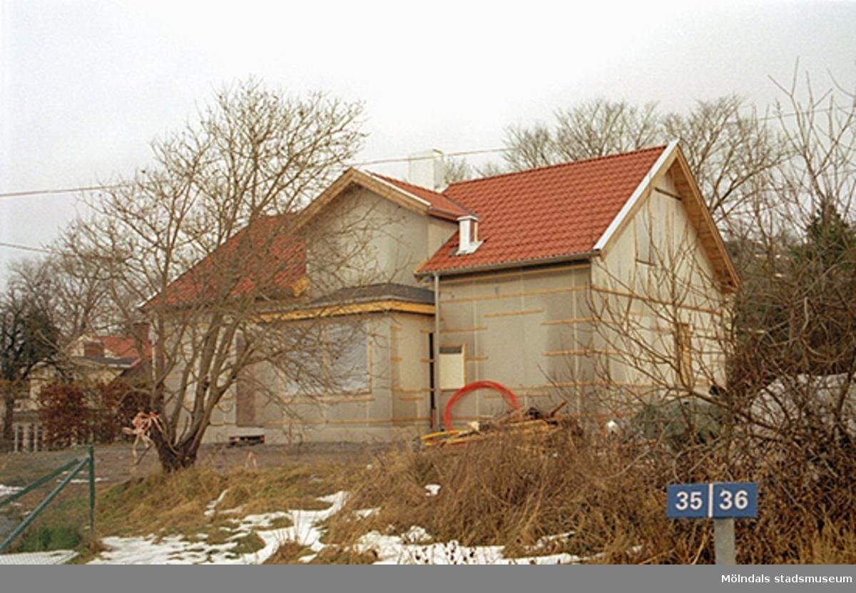 Vy från väster på en villa uppförd i Sörliden, Kvarnbyn, 1998. Byggd av återanvänt material från en tjänstemannavilla på Papyrusområdet. Oktober 1998 - januari 1999.