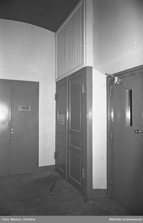 Werners fabriker, Lindome. Byggnadsdetaljer: Dörr. Det finns en hiss vid sidan om dörrarna. Hösten 1994.