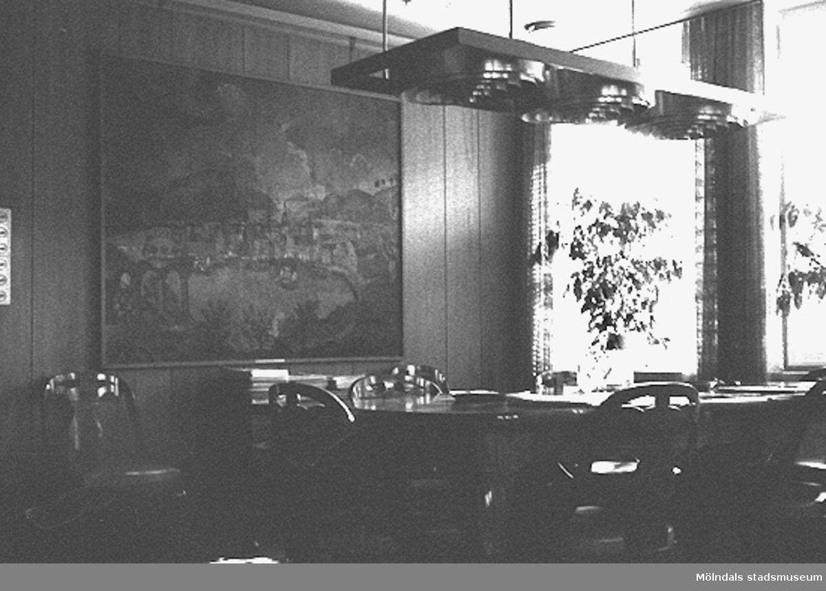 Mölndals stadshus, mars 1988. Interiör: Ett bord med stolar samt konst på väggen.