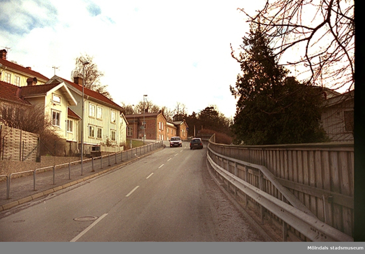 Längst upp i backen skymtar det f.d. sjukhus cch polishus, där Mölndals museum nu ligger (1986-2002) vid Norra Forsåkersgatan 19.