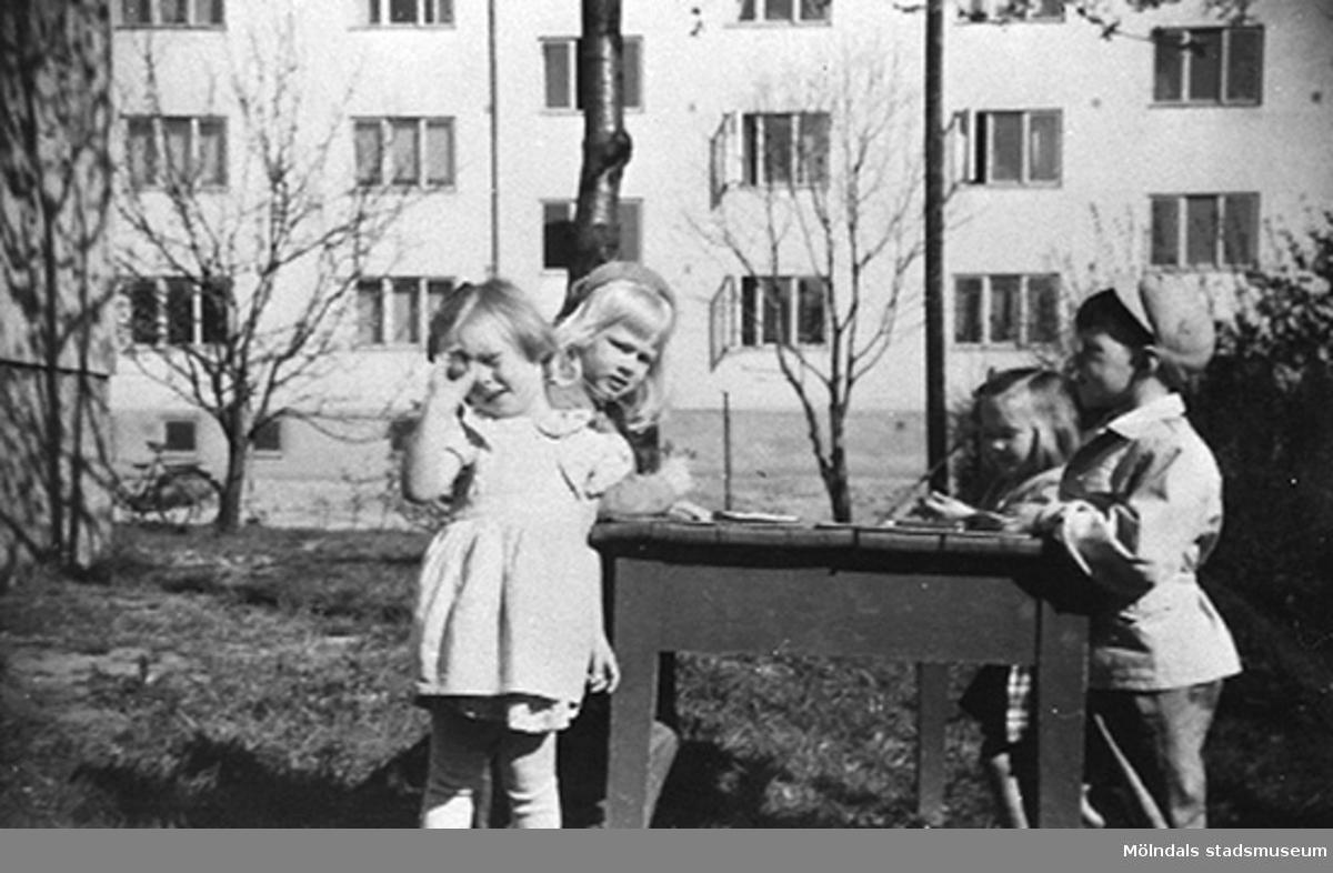 Fyra barn på Krokslätts daghem, Dalhemsgatan 7 i Krokslätt 1949.