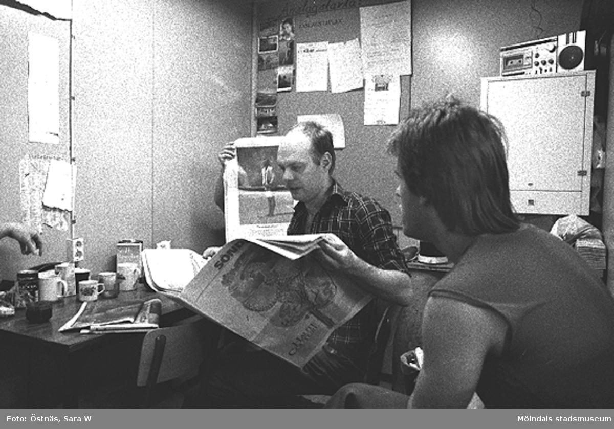 Kaffepaus på pappersfabriken. Mannen med tidningen är Denny Andersson.Bilden ingår i serie från produktion och interiör på pappersindustrin Papyrus.