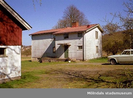 """Rivningsdokumentation av en gård.Heljeredsvägen, Heljered 2:14 i Kållered, cirka juli 1999. Heljered Sörgård """"Skräddarns"""". En påbyggd framkammarstuga från mitten av 1800-talet."""