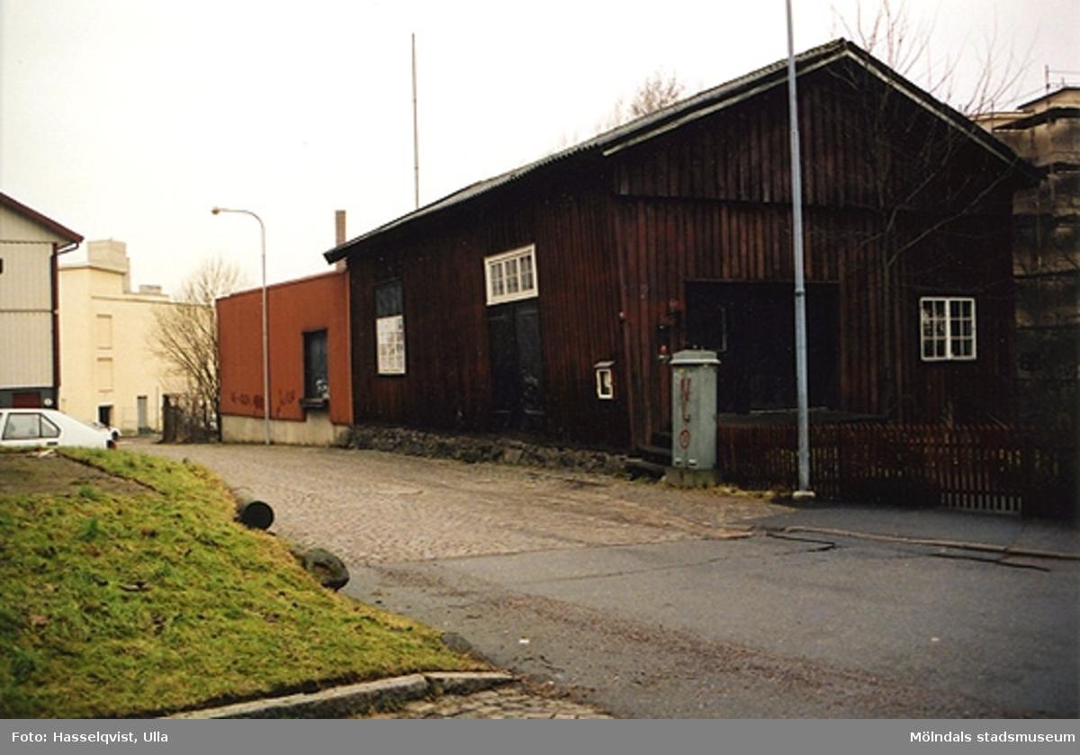 Rivningsdokumentation.Någon form av en ekonomibyggnad i Kvarfallet, Mölndals Kvarnby. År 2000.