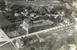 Flygfoto över Kvarnbyskolan, Allén och Störtfjällsgatan (då