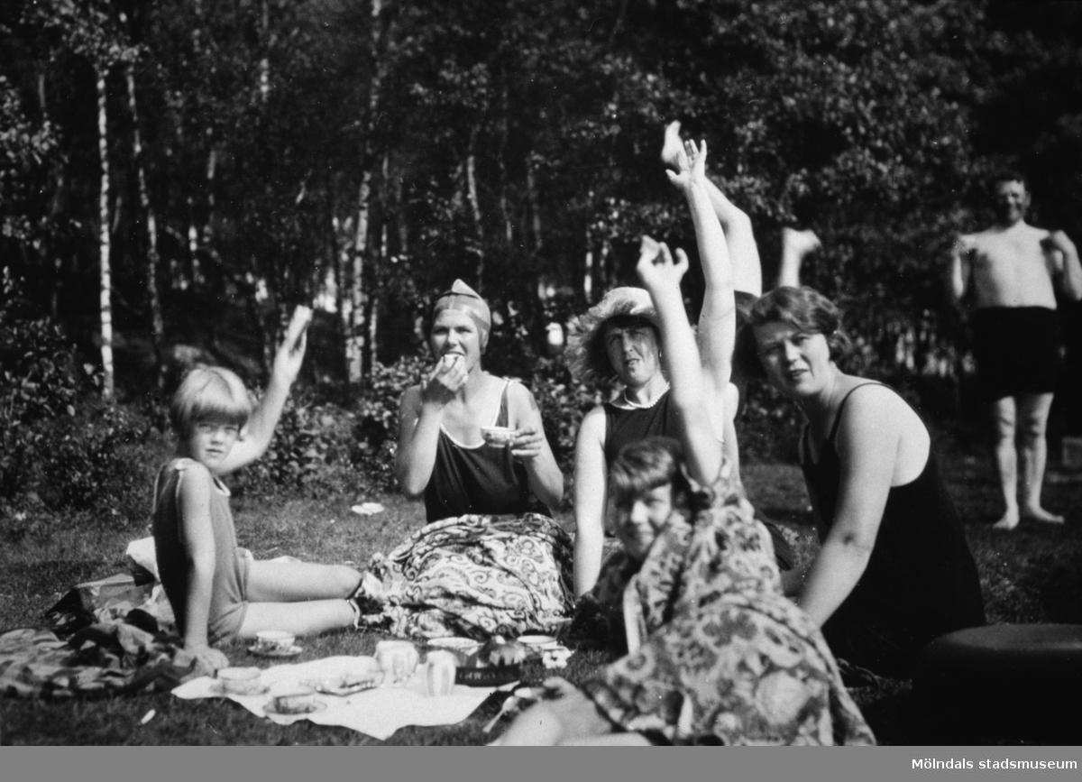 Vuxna och barn fikar på stranden vid Tulebosjön, cirka 1930. Karl Alberts står i bakgrunden till höger.
