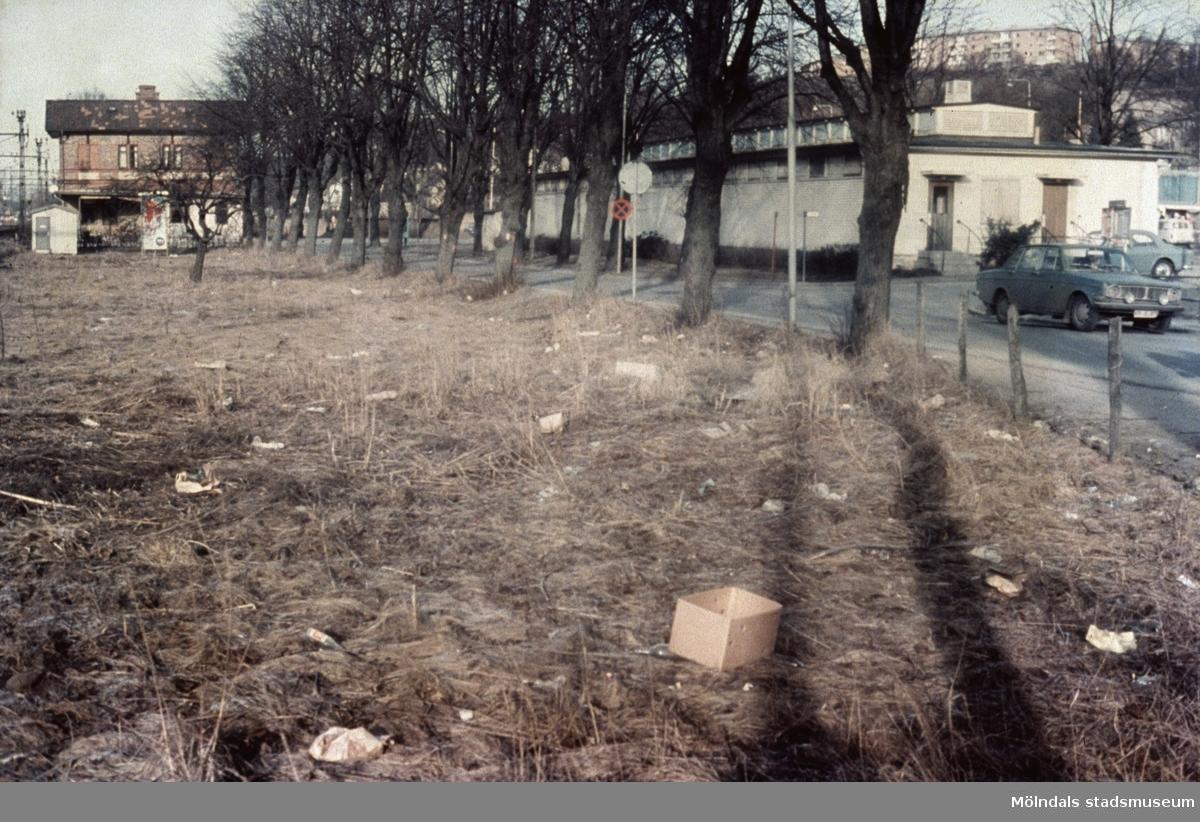 Till höger ses Saluhallen vid Nya Torget i Mölndal, 1970-tal. I fonden till vänster ses järnvägsstationen Mölndals Nedre.