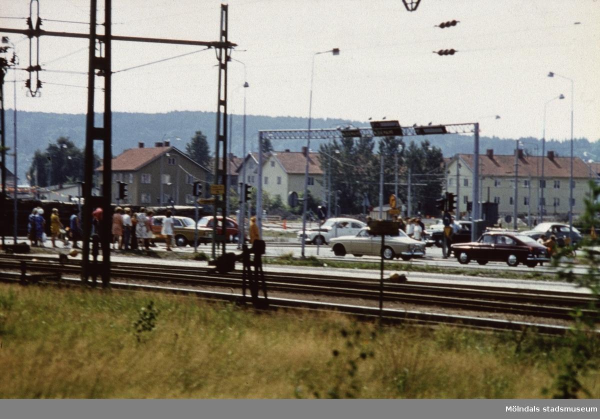 Utsikt mot Kungsbackavägen i Mölndal, 1970-tal. I bakgrunden bebyggelse på Broslätt