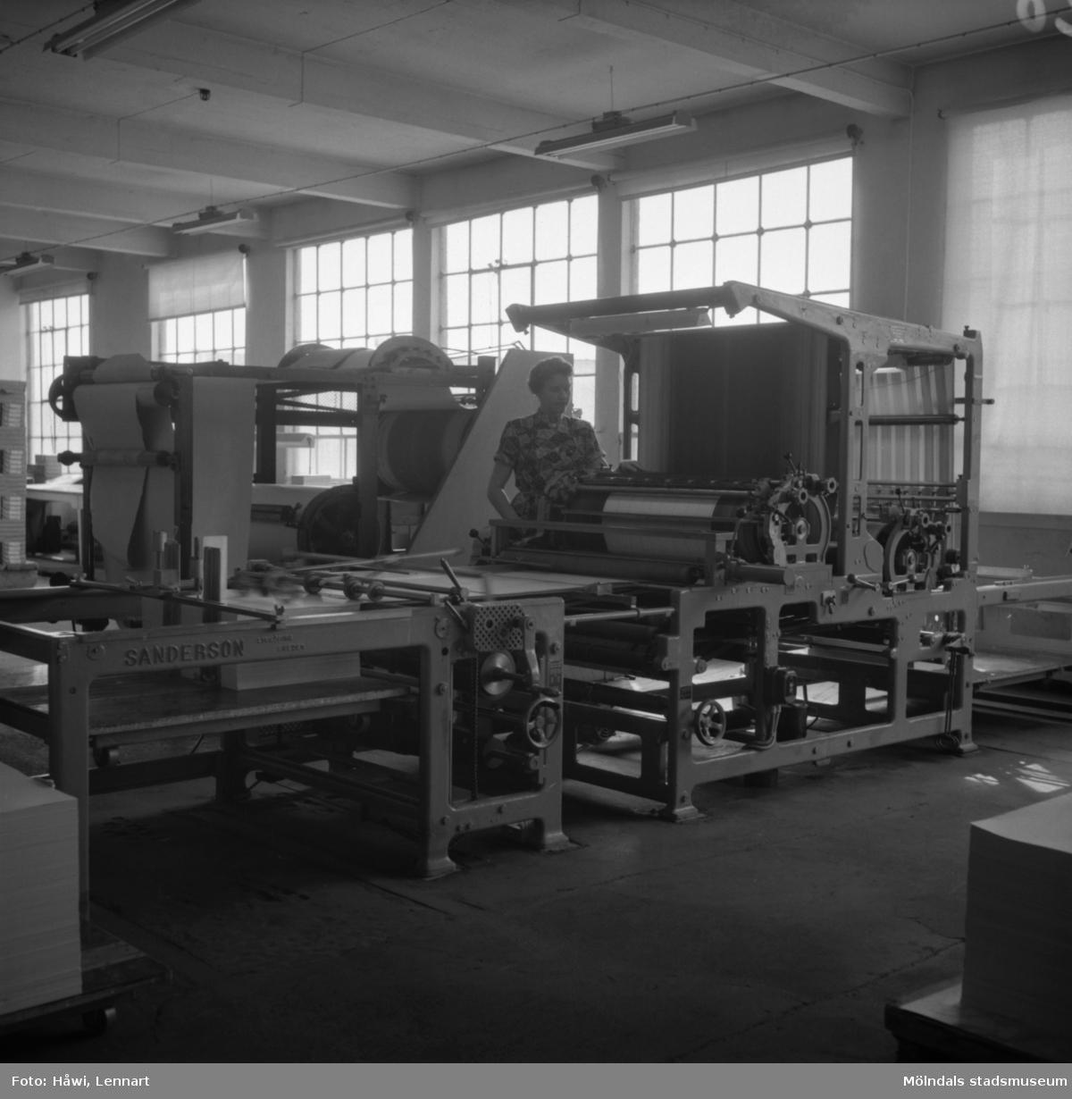 Kvinna i arbete vid linjeringsmaskin på Papyrus i Mölndal, 6/5 1955.