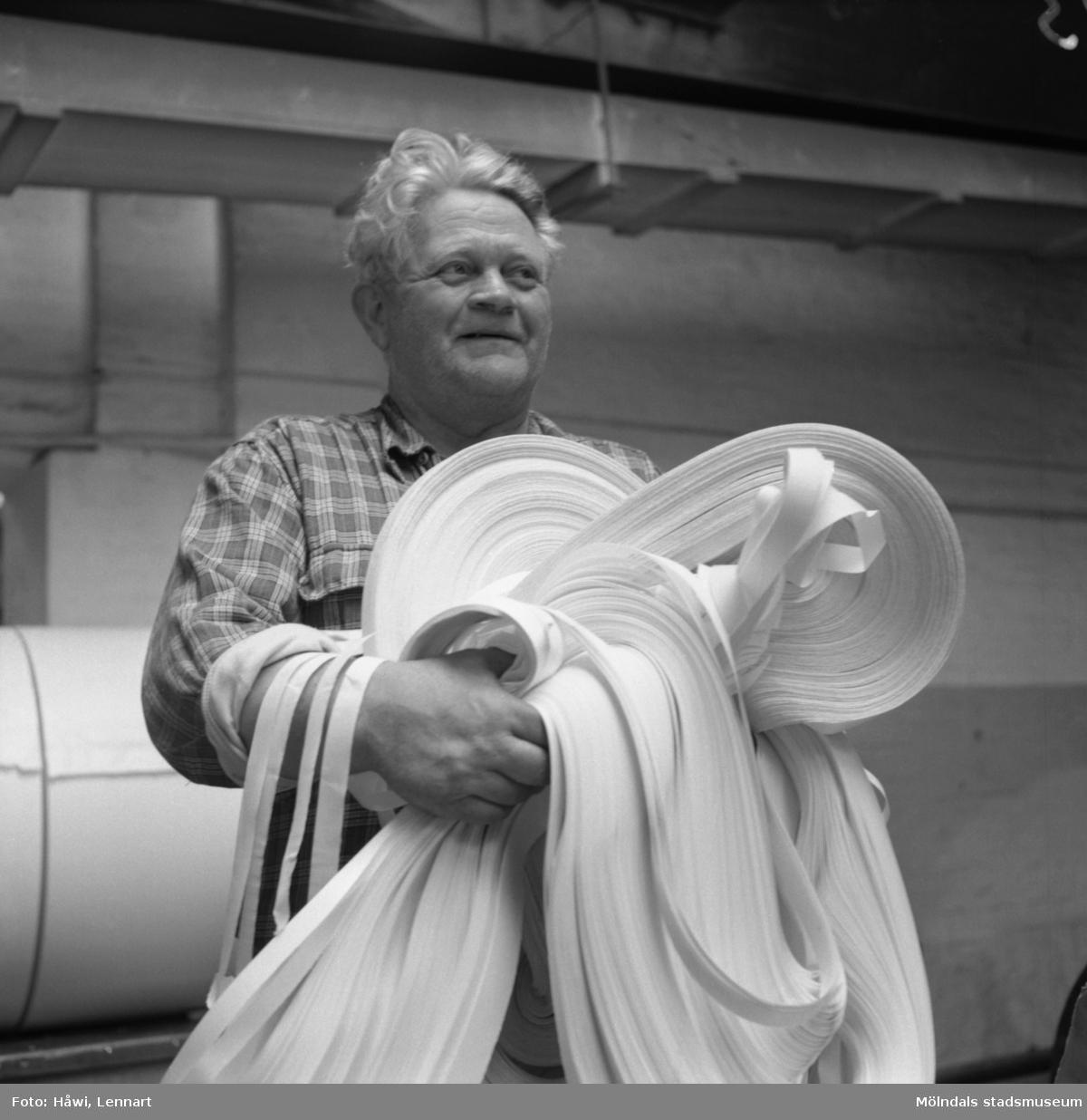 Man i arbete vid rullmaskin nr 3 på Papyrus i Mölndal, 6/5 1955.