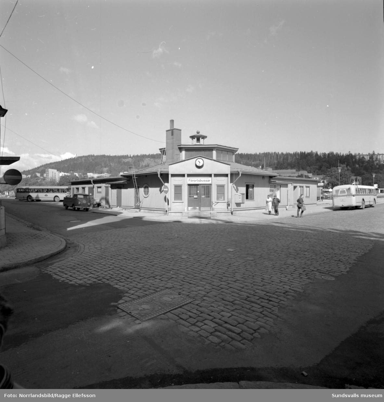 Interiör- och exteriörbilder från den gamla busstationen.