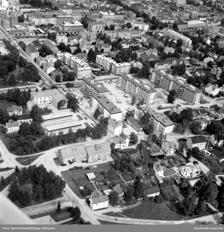 Flygfoto med de nya husen vid Bergsgatan. I centrum på Nygatan 41 Sundsvallsfotografen Ester Näslunds hus