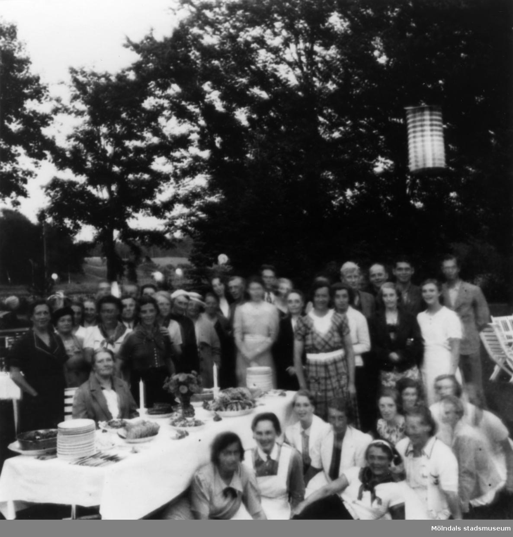 Kräfta uti det gröna 1937. Hjalmar K., Karin H., Asta L., From. Kräftskiva på Streteredshemmet i Kållered, år 1937.