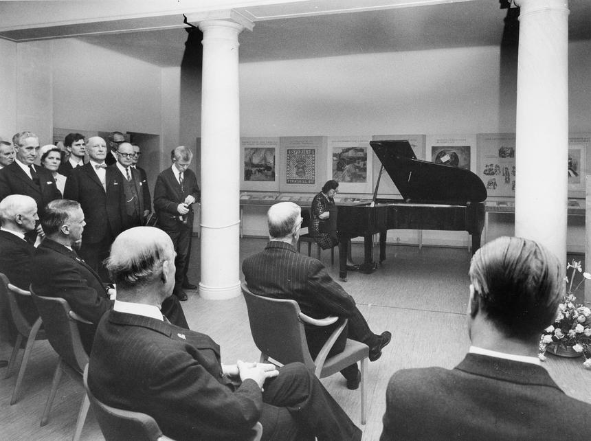 Jubileumshedersgäst var dåvarande kung Gustaf VI Adolf. I bakgrunden spelar Valentina Rives piano.